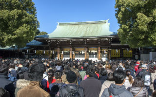 new-years-visit-to-a-shinto-shrine-01